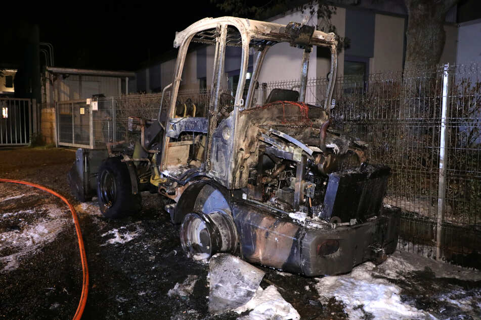 Der Radlader wurde durch das Feuer schwer in Mitleidenschaft gezogen.