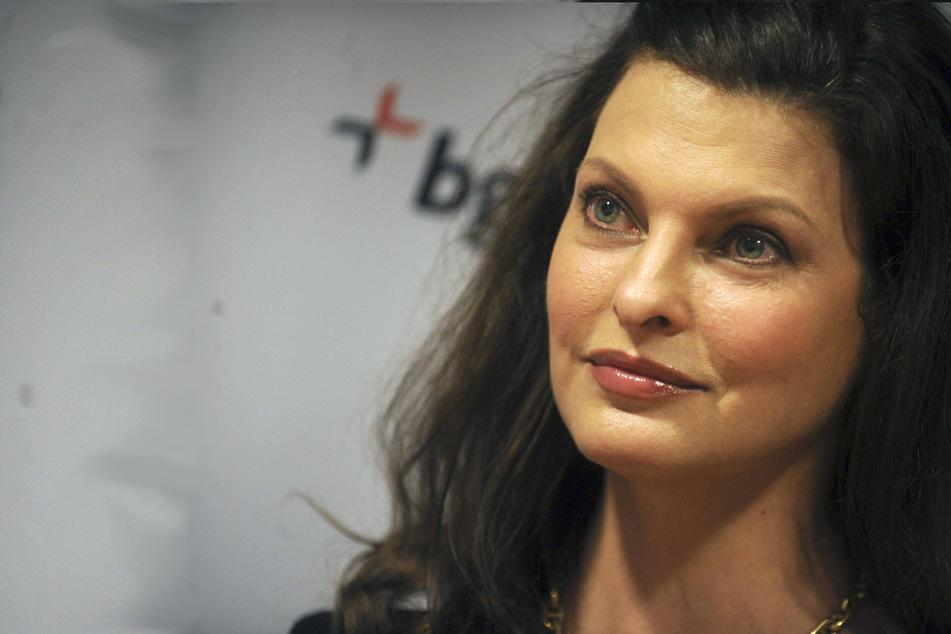 "Model Linda Evangelista says she was ""brutally disfigured"" by botched procedure"