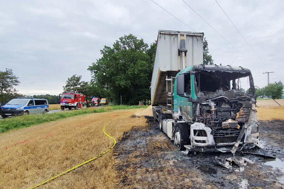 Chemnitz: Nach Zusammenstoß mit Strommast: Laster brennt aus