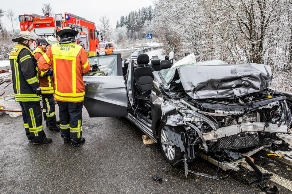 Schlimmer Unfall: Mercedes wird von Lkw getroffen und gegen zweiten Laster geschleudert