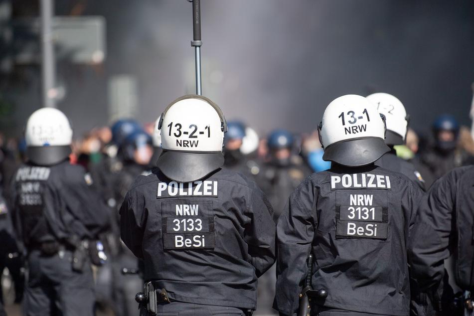 Am Mittwochabend ist es laut Polizei vor dem Anpfiff des Relegationsspiels des 1. FC Köln rund um das RheinEnergie-Stadion weitgehend friedlich geblieben.