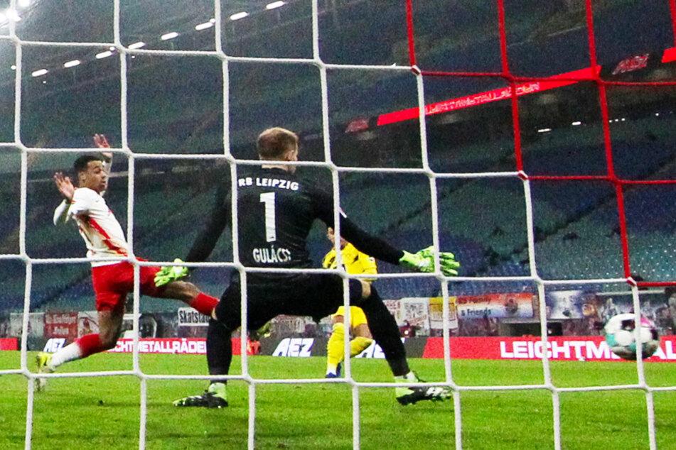 Jadon Sancho (20, verdeckt, r.) trifft in dieser Situation zum 1:0 für den BVB.