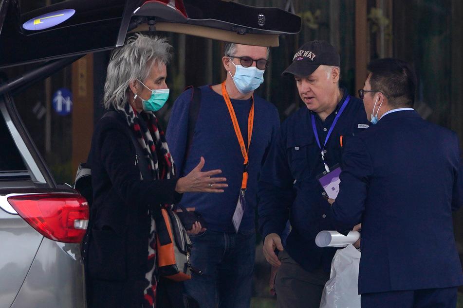 Mitglieder des Expertenteams der Weltgesundheitsorganisation (WHO) stehen vor ihrem Hotel.