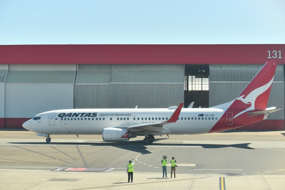 Eine Passagiermaschine der Fluggesellschaft Quantas steht für den Abflug am Inlandsflughafen in Sydney bereit.