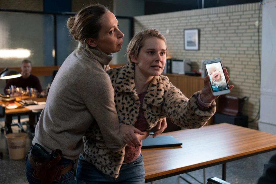 Bei einer Befragung im Kommissariat muss Ariane (Katharina Behrens, l.) die aufgebrachte Stefanie Wolpert (Nadja Bobyleva, r.) zurückhalten.