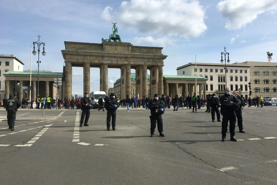 Etwa 70 Rechtsextreme versammelten sich am Samstag am Brandenburger Tor.