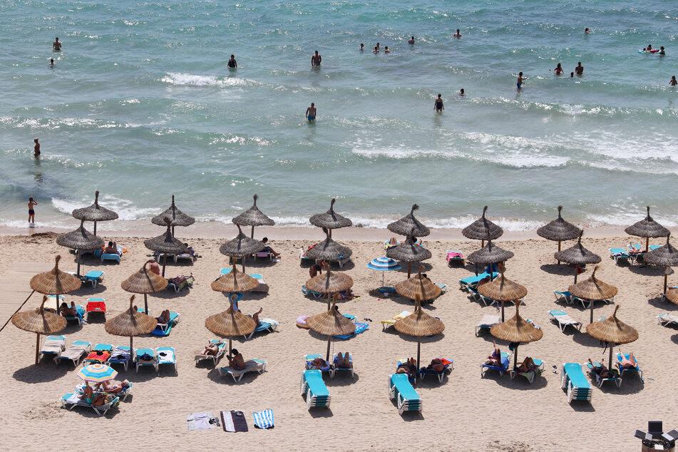 Sind Mallorcas Strände bald wieder gut gefüllt? Zumindest Abstand muss wohl auch in Zukunft gehalten werden.