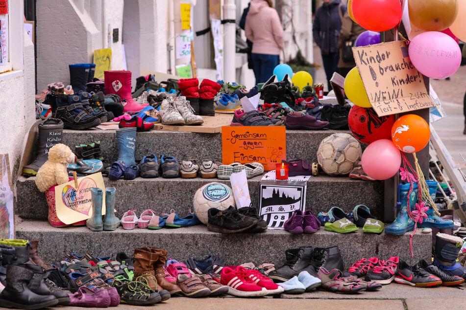 Nur corona-müde? Die rund hundert Protestler auf dem Meißener Marktplatz verzichteten gestern weitgehend auf Abstand und Maske.