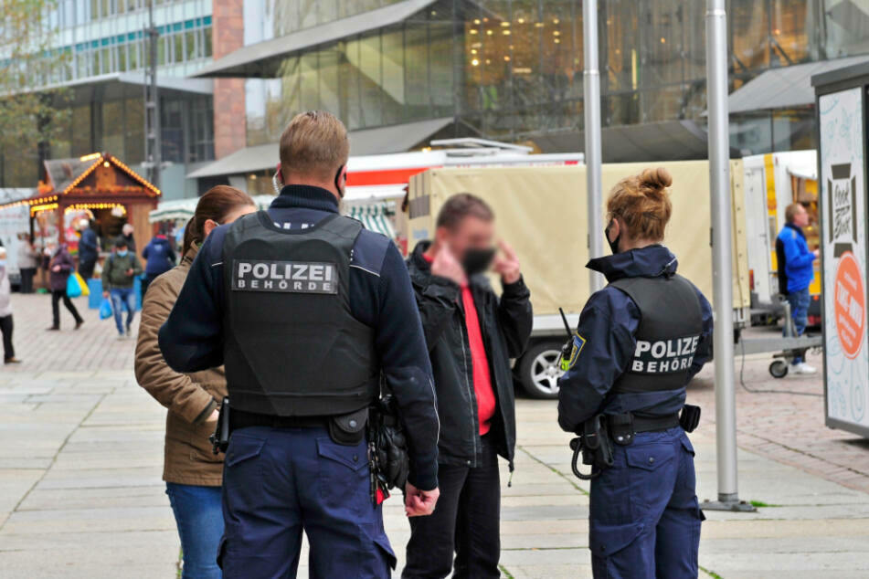 Für die SPD ein Widerspruch: Passanten auf dem Wochenmarkt werden zur Maske ermahnt, Demonstranten nicht.