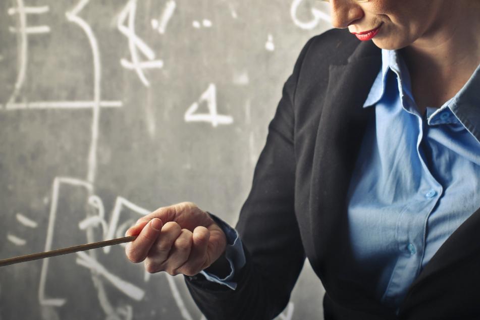Lehrerin bestreitet Sex mit Schüler und begründet es mit ihrer Körpergröße