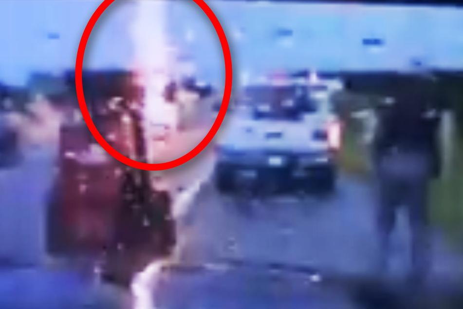 Heftiges Video: Blitz schlägt mitten auf der Autobahn ein!