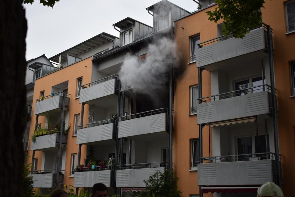 Die gefährlichen Rauchschwaden drangen aus der brennenden Wohnung.