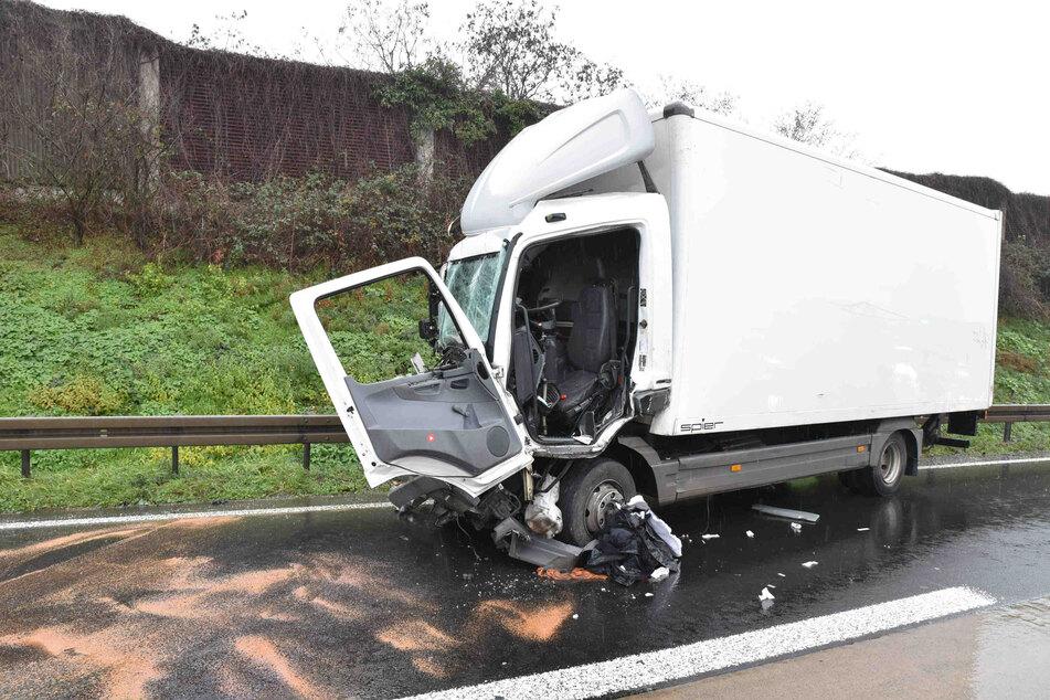 Der Fahrer des weißen Lkw wurde durch den Unfall eingeklemmt und musste von Rettungskräften befreit werden.
