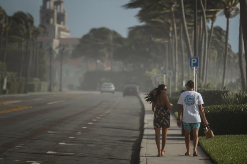 Menschen in Sorge: Tropensturm Isaias könnte verheerende Schäden anrichten