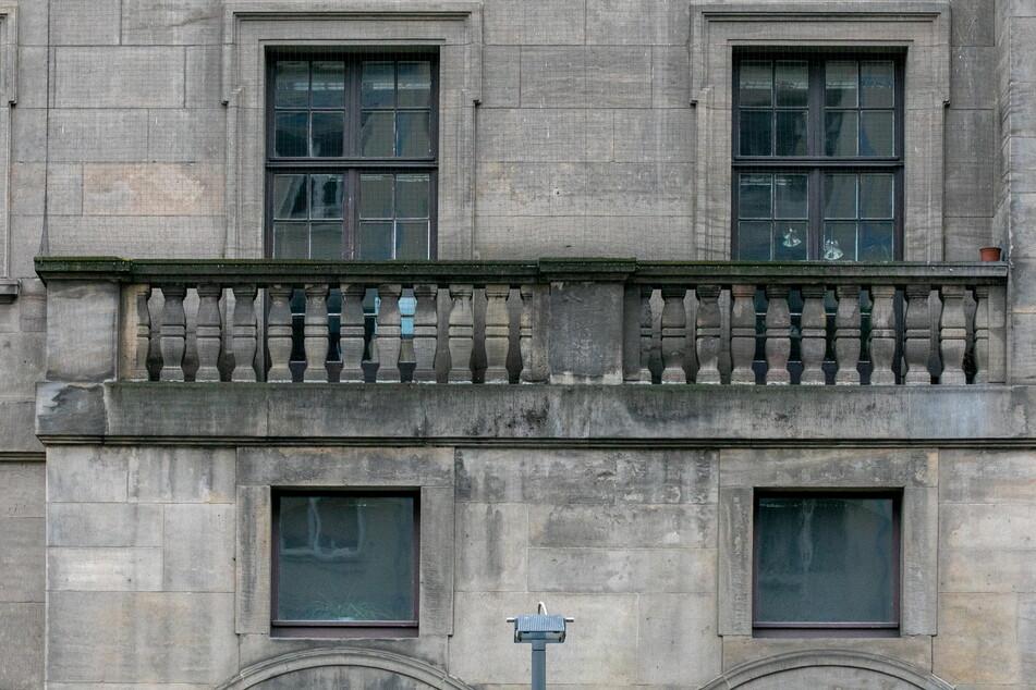 """Die Rathaus-Fassade wird """"statisch konstruktiv saniert""""."""