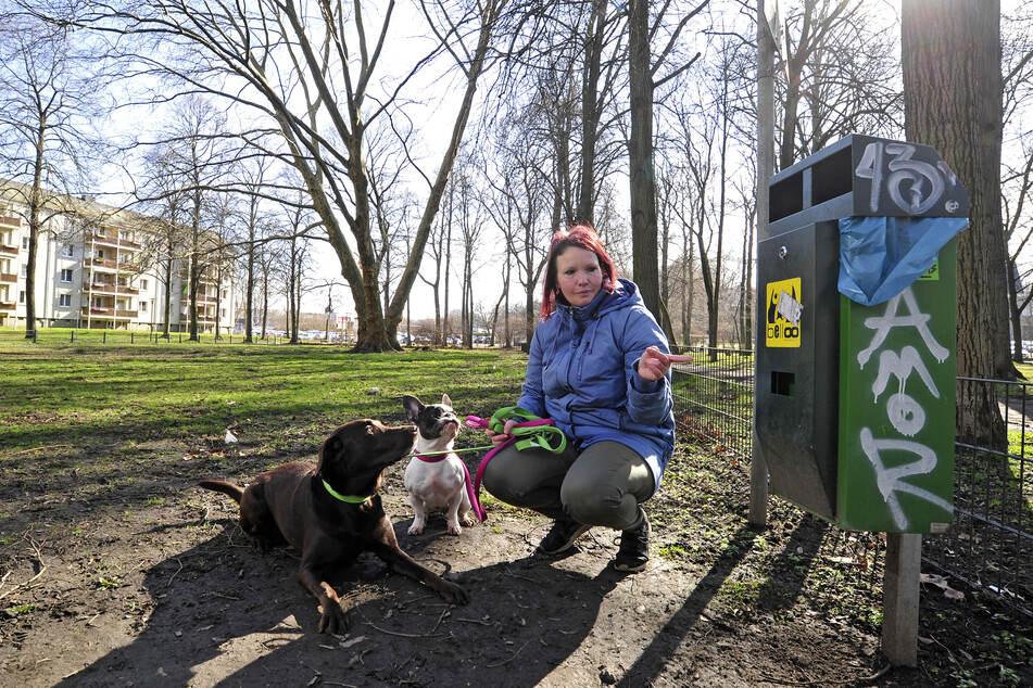 Nicole Wieczorek (37), Labrador Amy (4) und die französische Bulldogge Fine (2) haben von leeren Beutelspendern am Schloßteich die Nase voll.
