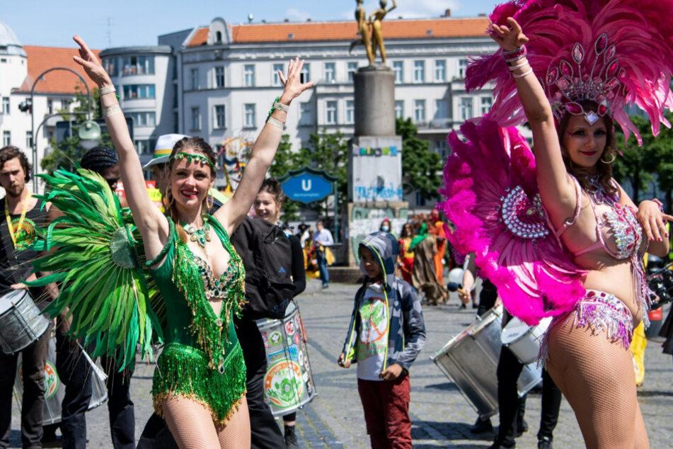 Ein Hauch von Karneval der Kulturen: Teilnehmer einer Demonstration für den Erhalt der Vielfalt der Kulturen ziehen Ende Mai 2020 tanzend und musizierend durch Kreuzberg.