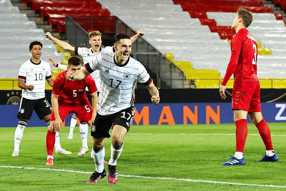 Freudestrahlendes Gesicht bei Florian Neuhaus (v.) und auch bei Joshua Kimmich (h.-M.) nach der deutschen 1:0-Führung.