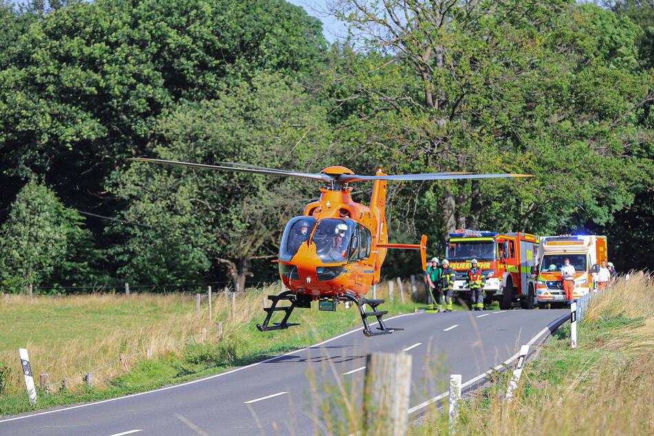 Ein Rettungshubschrauber hat die schwer verletzte Bikerin in ein Krankenhaus gebracht. Einsatzkräfte sperrten die Straße währenddessen ab.