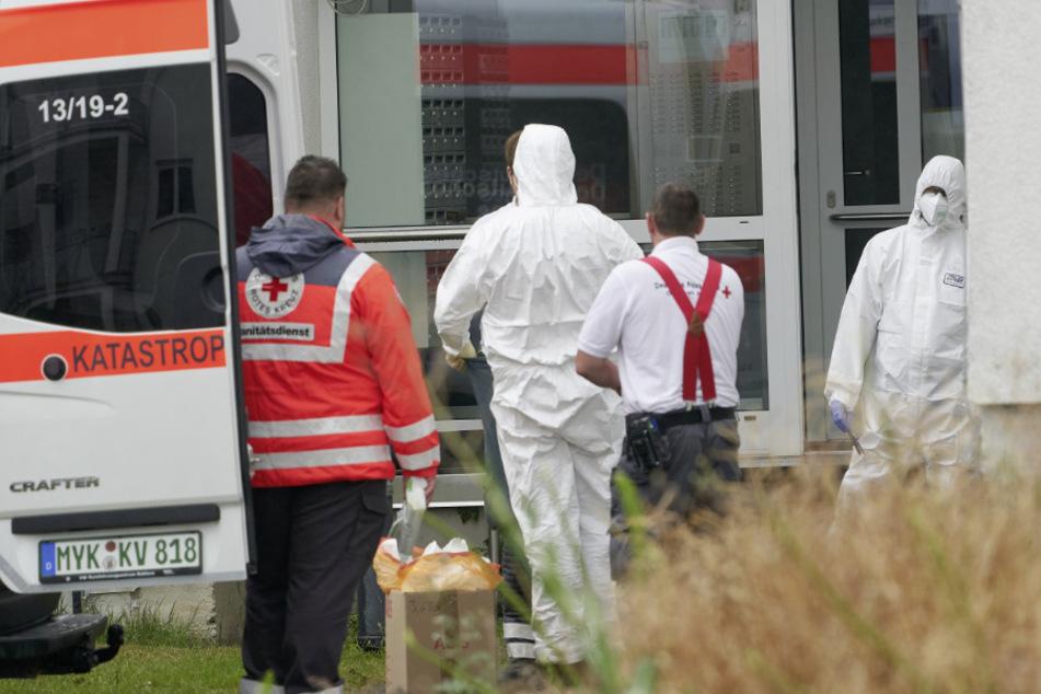 Rheinland-Pfalz, Koblenz: Einsatzkräfte in Schutzkleidung stehen vor einem Studentenwohnheim. In drei Wohnheimen sind Bewohner an Covid-19 erkrankt, andere zeigen Symptome.