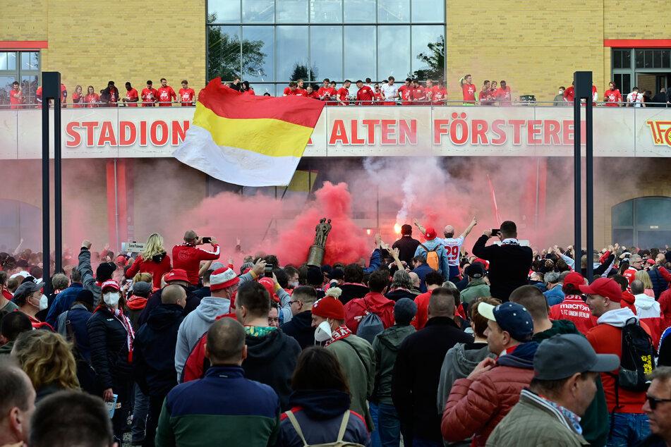 Nach dem 2:1-Sieg am letzten Spieltag gegen RB Leipzig hatten Tausende Fans auf dem Platz vor dem Stadion An der Alten Försterei gefeiert.