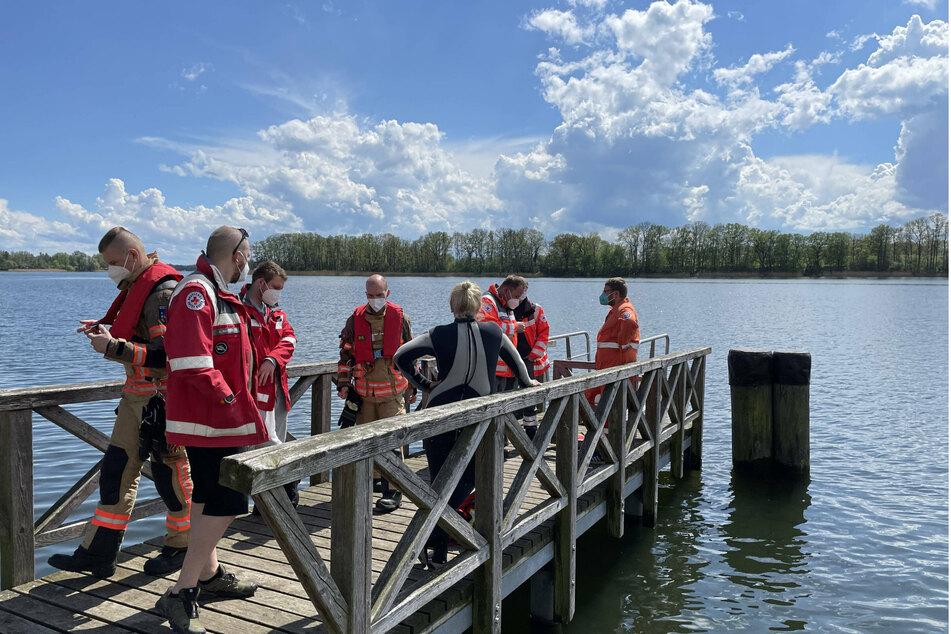 Einsatzkräfte der Feuerwehr sind vor Ort am Ufer des Neuruppiner Sees.