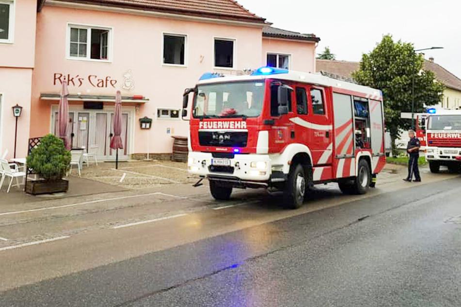Mann legt Brand im eigenen Haus, will ihn löschen und verletzt sich dabei