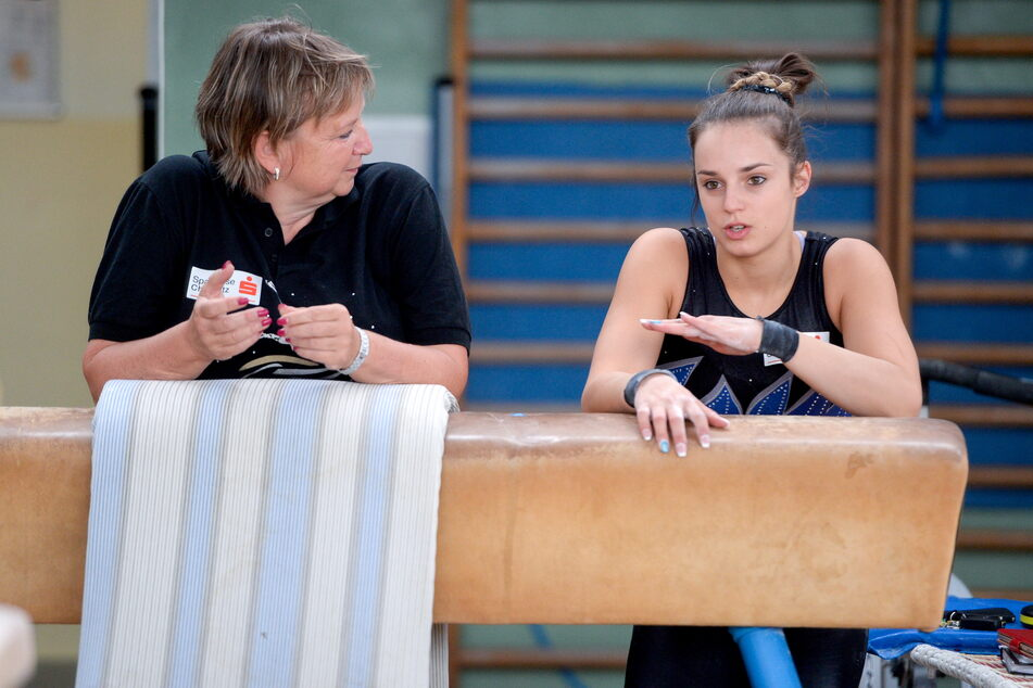 Gabriele Frehse (60) und Turn-Weltmeisterin Pauline Schäfer (23) beim Chemnitzer Sportforum im Jahr 2015. Die 23-Jährige erhebt schwere Vorwürfe gegen ihre ehemalige Trainerin (Archivbild).