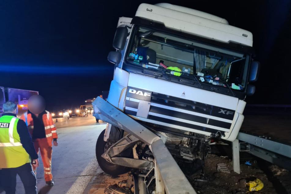 Ein Lkw-Fahrer krachte in die Mittelleitplanke.