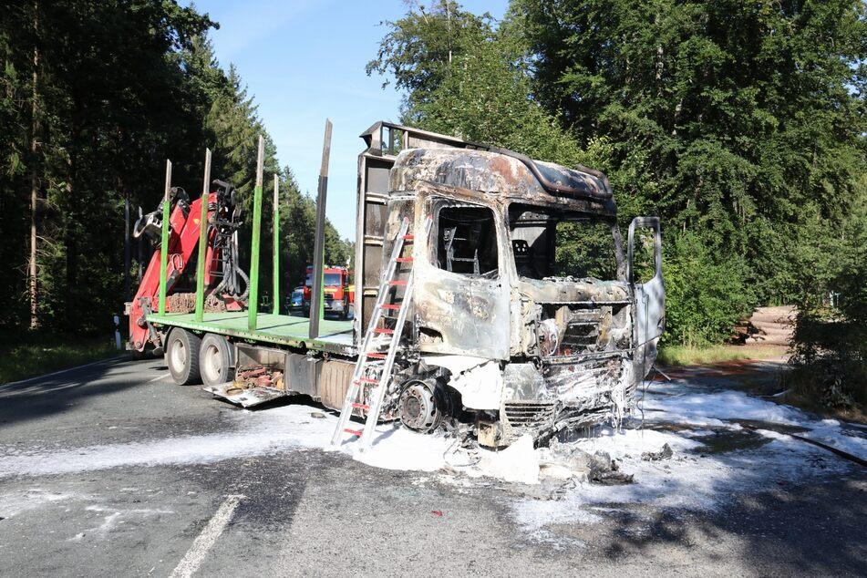 Der Lkw-Fahrer hatte das Motorrad übersehen. Beide Fahrzeuge gerieten nach dem Unfall in Brand.