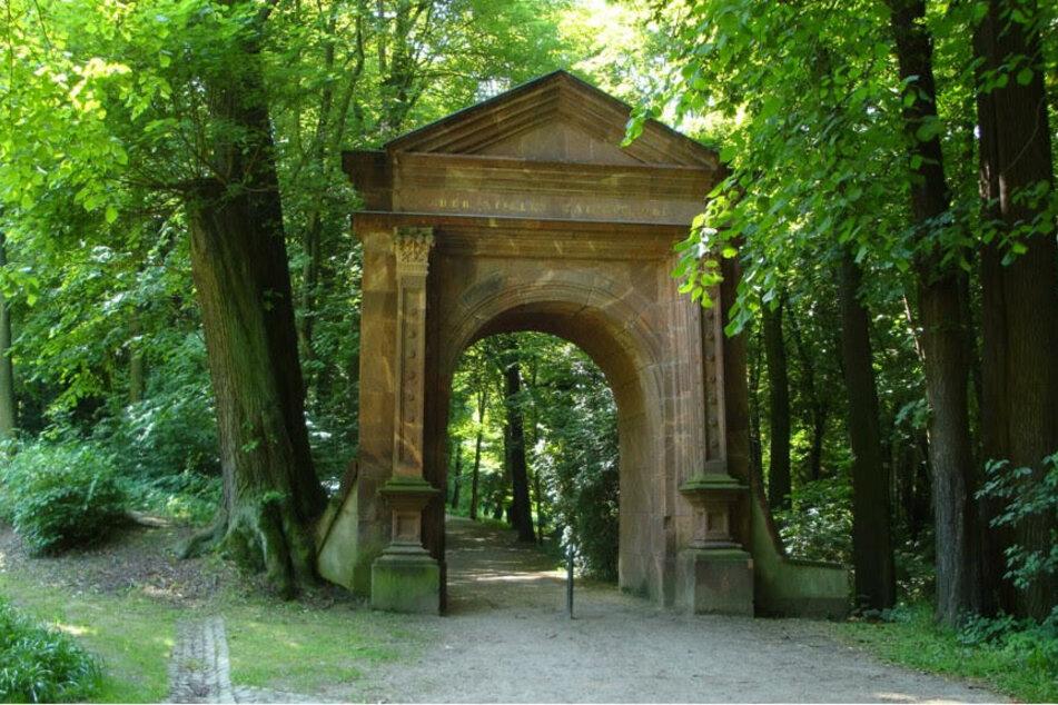 """Das Renaissanceportal """"Der Stille Naturfreund"""" bildeten den Eingang zum Hauptteil der Englischen Parkanlage im Grünefelder Park."""