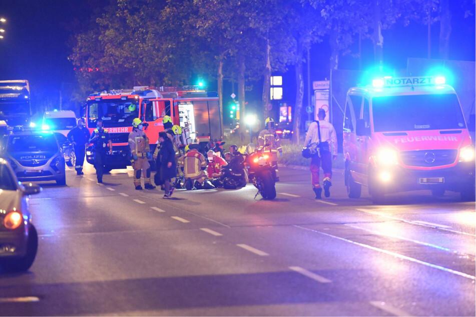 Notärzte versorgten eine 17-Jährige, die von einem Motorrad gestürzt war.