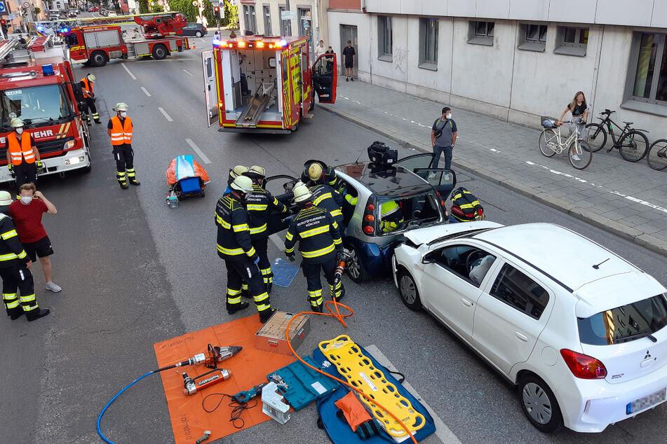 Die Feuerwehr bei der Rettung des schwer verletzten Smart-Fahrers.