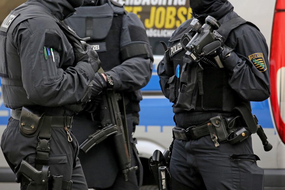"""Schwarz gekleidet, mit Sturmhauben maskiert und """"Polizei""""-Weste ausgestattet - in ähnlicher Montur wie diese echten Polizisten (Symbolbild) sollen die Schläger ins Wohnhaus gestürmt sein."""