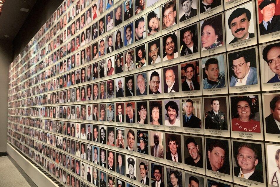Fotos von Opfern der Anschläge des 11. September 2001 sind im Gedenkraum des 9/11-Museums in New York zu sehen.