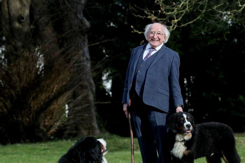 Welcher Präsident zeigt hier stolz seine treuen Hunde?