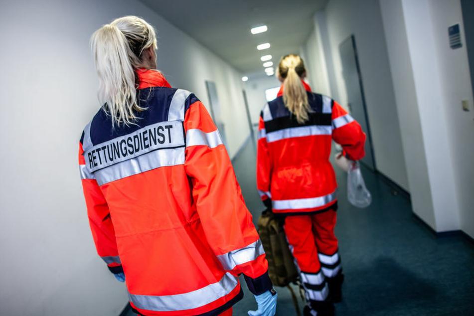 Sanitäterinnen wollen Rollstuhlfahrer transportieren und werden von Frau im Suff angegriffen