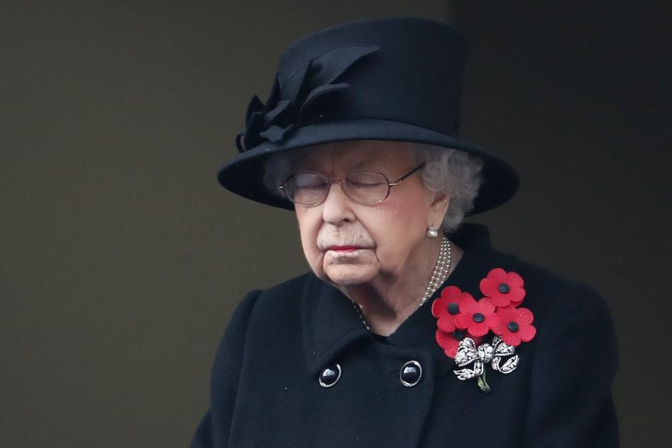 Die britische Königin Elizabeth II. nimmt am Gedenksonntag von einem nahen Balkon aus teil.