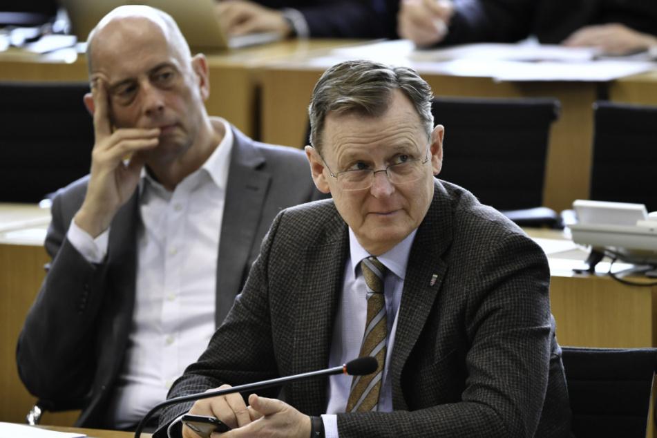 Bodo Ramelow (re., Die Linke), Ministerpräsident von Thüringen, und Wolfgang Tiefensee (li., SPD), Wirtschaftsminister von Thüringen, verfolgen die Debatte im Thüringer Landtag.