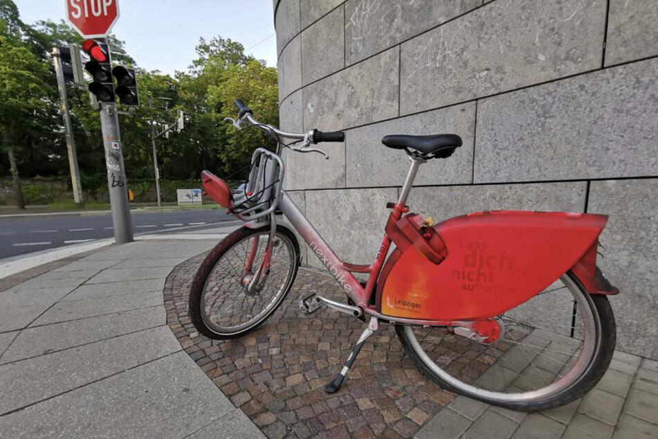 Auf der Prager Straße wurde Mitte Juni ein Nextbike mit roter Farbe besprüht.