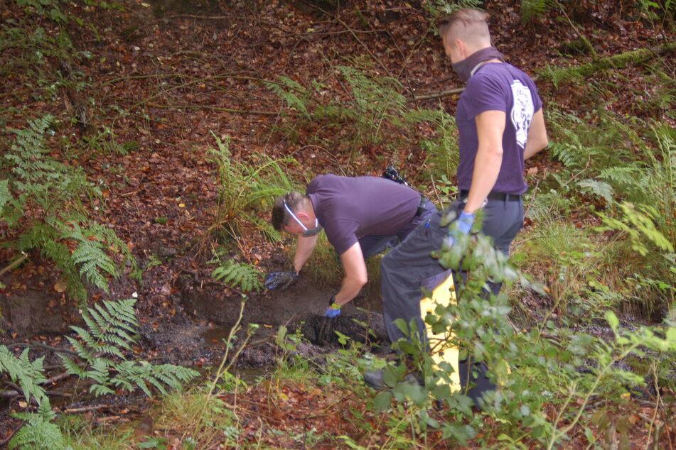 Die Feuerwehr Hattingen konnte den Hund aus dem Schlamm bergen.