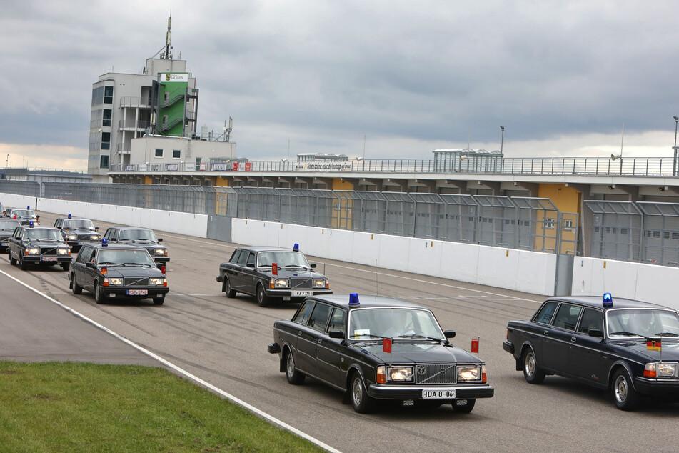 Wie am Schnürchen: In zwei parallelen Kolonnen rollten die Staatskarossen der DDR-Führungselite über den Sachsenring.