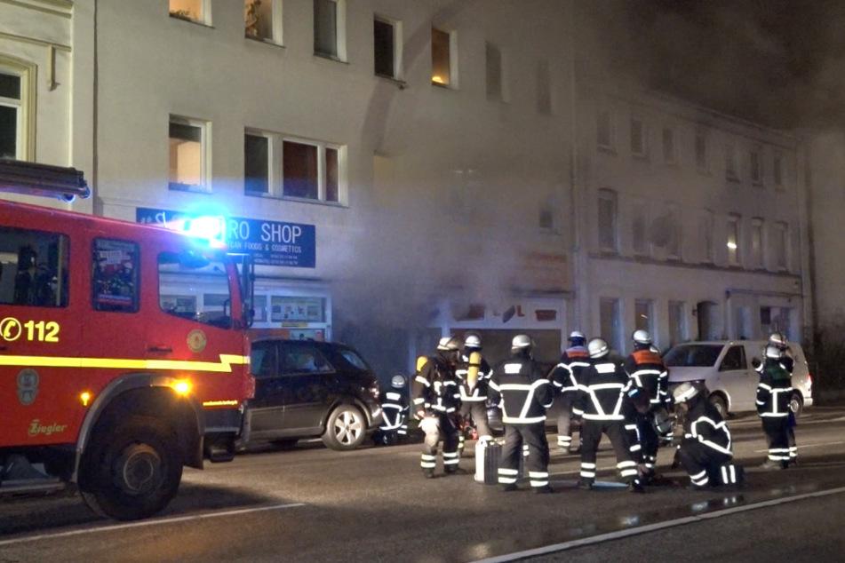 Feuer in Lagerkomplex: Mehr als 40 Menschen evakuiert