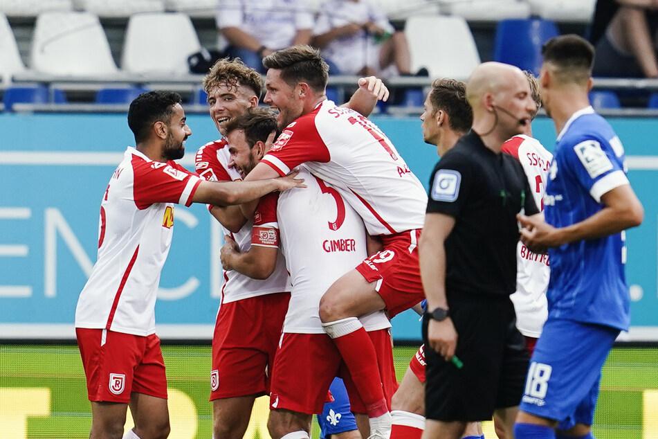 Jubel bei den Spielern des SSV Jahn Regensburg! Zum Auftakt der neuen Saison der 2. Bundesliga gab es einen Sieg gegen den SV Darmstadt 98.