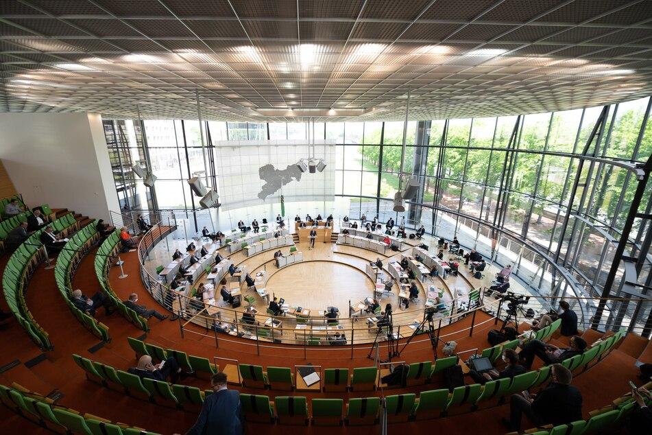 Die Abgeordneten des sächsischen Landtags bekommen ab 1. April 2022 monatlich fast 300 Euro mehr.