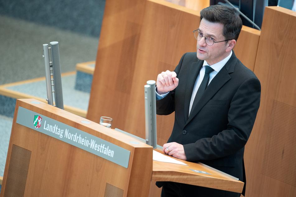 Der nordrhein-westfälische SPD-Fraktionschef Thomas Kutschaty hat die Landesregierung für die Aufweichung der Corona-Notbremse kritisiert.