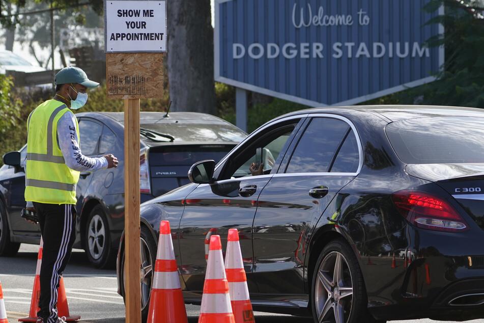 Fahrer mit einem Termin warten in der Schlange für einen kostenlosen Corona-Test im Dodger Stadium.