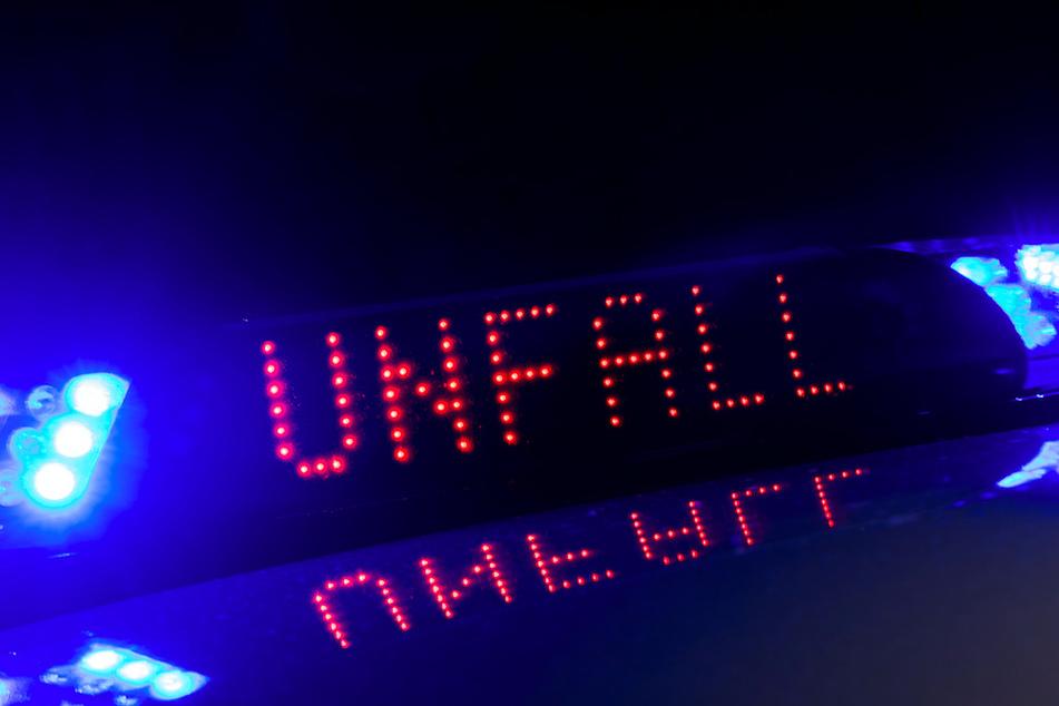 Frontalcrash: Frau stürzt mit Auto Hang hinunter und wird eingeklemmt