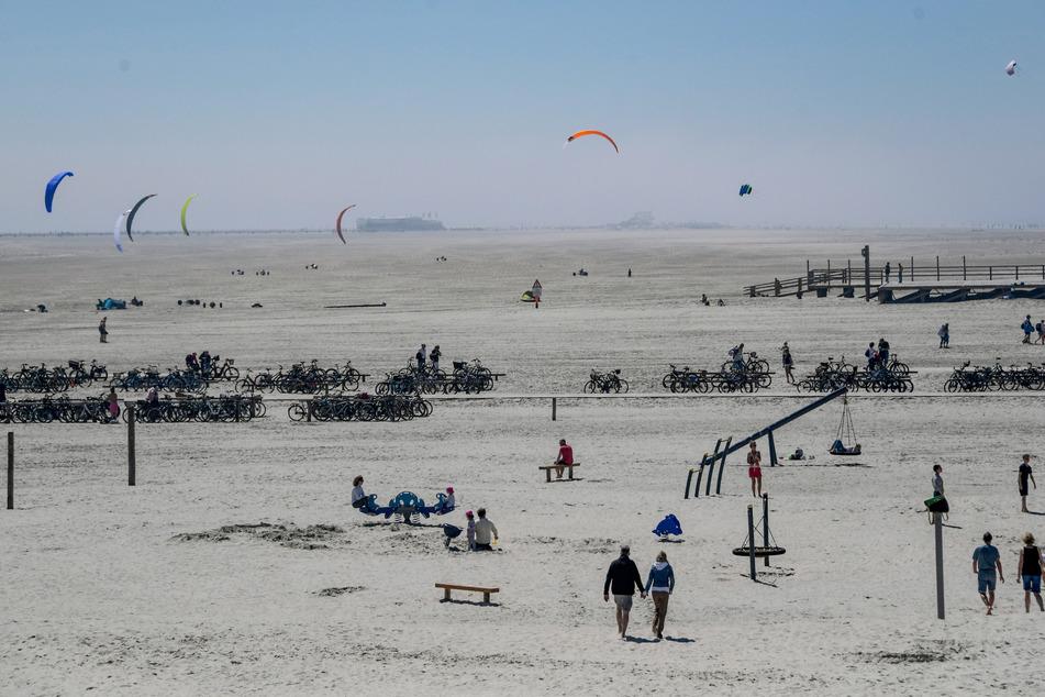 Nur wenige Menschen sind bei strahlendem Sonnenschein am Strand von St. Peter Ording unterwegs. Tagestouristen sind weiterhin nicht erlaubt.