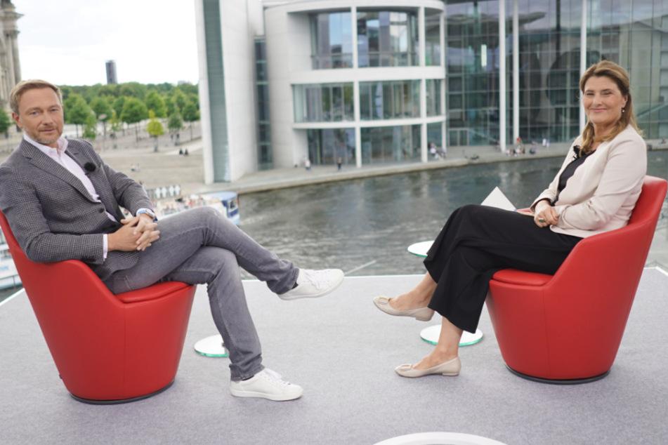 Christian Lindner (FDP), Parteivorsitzender, und Moderatorin Tina von Hassel blicken vor Beginn des ARD-Sommerinterviews in die Kamera.